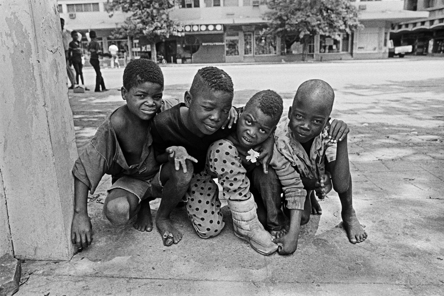 Cedric Nunn, Street Children in war-torn Mozambique, Maputo, 1990, courtesy of Bailey Seippel Gallery, ©C. Nunn